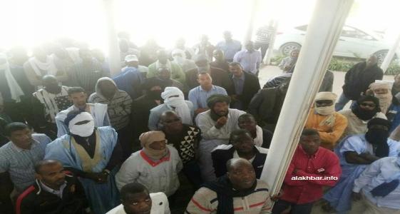 عمال الشركة خلال اعتصامهم في مقر الشركة منتصف ديسمبر الماضي