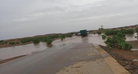 تجمع مياه جراء الأمطار بأحد مقاطع الطرق داخل البلاد