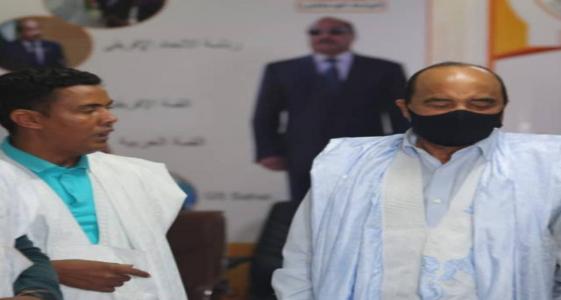 الناشط السياسي والمدون أحمد فال هيبه (يسار) مع الرئيس السابق محمد ولد عبد العزيز