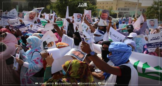 جانب من التظاهرة التي نظمت اليوم أمام القصر الرئاسي (الأخبار)