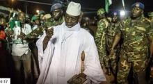 الرئيس الغامبي السابق يحيى جامي رفقة بعض العسكريين.