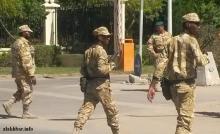 جنود تابعون للأركان الخاصة أمام القصر الرئاسي بالعاصمة نواكشوط ـ (الأخبار)