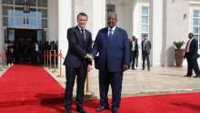 الرئيس الفرنسي إيمانويل ماكرون ورئيس جيبوتي إسماعيل عمر غيله