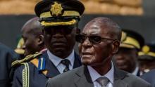 روبيرت موغابي رئيس زيمبابوي الموجود تحت الإقامة الجبرية بالعاصمة هراري.