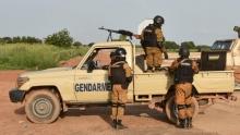 عناصر من قوات أمن بوركينافاسو، التي تتولى تمشيط المنطقة الحدودية بين بوكينافاسو ومالي.