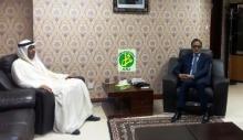 وزير الخارجية الموريتاني إسلك ولد أحمد إزيد بيه خلال لقائه مع السفير الإماراتي في نواكشوط (وما)