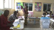 من داخل أحد مكاتب تصويت السنغاليين في العاصمة نواكشوط.