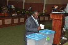 رئيس الجمعية الوطني محمد ولد ابيليل خلال تصويته على التعديلات (الوكالة الموريتانية للأنباء)