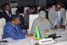 الناها بنت مكناس وزيرة التجارة والصناعة والسياحة خلال توقيعها اتفاقا مع الإيكواس بالعاصمة لومي.