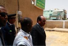 الرئيس محمد ولد عبد العزيز لحظة خروجه من اجتماع بمقر حاكم الميناء على هامش الزيارة ـ (الأخبار)
