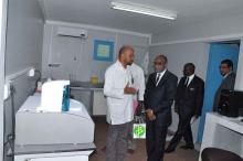 وزير الصحة البروفيسور كان بوبكر ومدير المركز البروفسير  أوتوما سوماري داخل أحد أجنحة المركز خلال زيارة سابقة للوزير (وما)