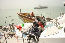 القارب الذي جري توقيفه اليوم وعلى متنه المعتقلين السبعة (الوكالة الموريتانية للأنباء)