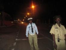 عنصران من الشرطة الموريتانية عند المدخل الشرقي لمجلس الشيوخ، ليل الأربعاء/ الخميس (الأخبار)