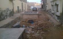 أحد الشوارع وقد تم إغلاقه بشكل شبه كامل بخزانات الحمامات