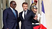 الرئيسان الفرنسي إيمانويل ماكرون والسنغالي ماكي صال خلال لقائهما بالإليزي.