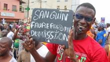 أحد المشاركين في احتجاج للمعارضة بالعاصمة لومي يدعو الرئيس للاستقالة.