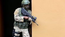 جندي من القوات الخاصة الإيفوارية خلال تمرين عسكري بٱبيدجان 22 سبتمبر 2017.