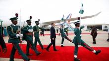 الرئيس الفرنسي إيمانويل ماكرون لدى وصوله مطار أبوجا.