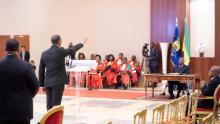 الحكومة الغابونية الجديدة تؤدي اليمين أمام رئيس البلاد علي بونغو.