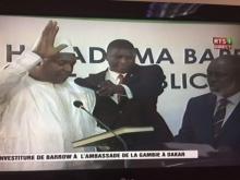 الرئيس الغامبي المنتخب آدما بارو خلال تنصيبه بمقر السفارة الغامبية في داكار.