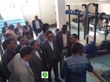 وزير المياه والصرف الصحي يحي ولد عبد الدائم خلال تفقده لمنشئات المشروع أمس السبت (وما)