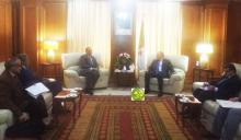 وزير الخارجية الموريتانية إسماعيل ولد الشيخ أحمد مع وزير الطاقة الجزائري مصطفى قيطوني (وما)