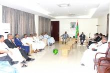 الوزير الأول الموريتاني يحي ولد حدمين خلال استقباله لرئيس ومكتب الاتحاد الوطني لأرباب العمل الموريتانيين (وما)