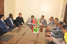 مسؤولو وزارة الصحة الموريتانية خلال توقيع الاتفاقية مع السفير الصيني بنواكشوط (وما)