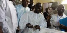 """إدريسا سك: المترشح للانتخابات الرئاسية السنغالية لدى الإدلاء بصوته في مسقط رأسه مدينة """"تييس""""."""