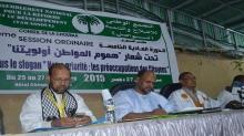 محمد جميل ولد منصور (وسط)، وعن يمينه محمد غلام ولد الحاج الشيخ، وعن يساره الصوفي ولد الشيباني