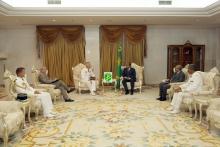 الرئيس الموريتاني محمد ولد عبد العزيز خلال مباحثاته مع قائد قوات باراخان الفرنسية لمحاربة الإرهاب بالساحل افرانسوا اكزافيير.