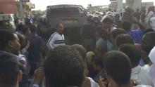 الباص الذي احتجزت الشرطة فيها الموقوفين قبل نقلهم إلى إحدى مفوضيات الشرطة في مقاطعة عرفات