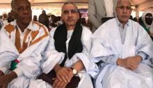 النائب البرلماني احبيب ولد اجاه (يسار)، وعن يمينه مدير الديوان الرئاسي، والرئيس محمد ولد الغزواني