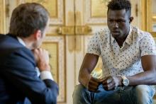 الرئيس الفرنسي إيمانويل ماكرون في لقاء مع الشاب المالي ممادو غاساما.