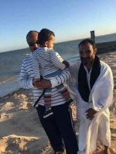 ولد عبد العزيز مع الصغيرة على شاطئ نواذيبو