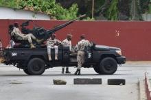 جنود إيفواريوم أمام محيط قيادة الأركان بآبيدجان 12 مايو 2017.