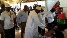 الرئيس الغامبي آدما بارو خلال الإدلاء بصوته في انتخابات 6 ابريل التشريعية