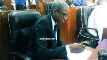 وزير الدفاع الموريتاني جالو مامادو باتيا خلال حضوره جلسة مجلس الشيوخ مساء اليوم (الأخبار)