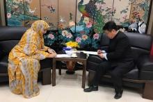 السفير الصيني في موريتانيا  ازهانغ جانكو، والأمينة العامة لهيئة الرحمة أسماء بنت سيدي عالي