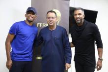 رئيس الاتحادية الموريتانية لكرة القدم أحمد ولد يحيى يتوسط النجمين السنغالي حبيب بي والكاميروني صامويل إيتو
