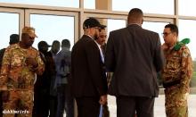 المرافقون الأمنيون للشيخ بن بيه يفاوضون نقيبا من الحرس الرئاسي أمام بوابة قصر المؤتمرات ـ (الأخبار)
