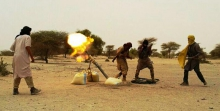 """مقاتلو جماعة """"نصرة الإسلام والمسلمين"""" خلال قصفهم لمطار تمبكتو صباح الاثنين"""
