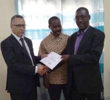 نقيب المحامين الموريتانيين السابق أحمد سالم ولد بوحبيني خلال تسليمه إفادة التكوين لأحد المستفيدين من الدورة التكوينية