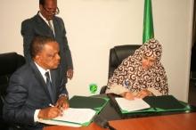 وزيرة الزراعة وممثل الفاو في موريتانيا خلال توقيع الاتفاق (وما)