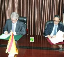 وزيرا الخارجية الموريتاني والأسباني خلال توقيع الاتفاق (وما)