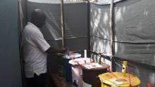 أحد الناخبين الغامبيين أثناء الإداء بصوته.