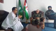 إسماعيل ولد الشيخ سيديا كاتب موريتاني (يسار) مع الرئيس الصحراوي إبراهيم غالي