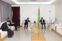 الوزير الأول إسماعيل ولد بده ولد الشيخ سيديا خلال لقائه مع السفير الصيني في موريتانيا زانغ جيانكو (وما)