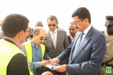 وزير التجهيز والنقل محمد عبد الله ولد أوداع خلال تفقده تقدم أشغال الميناء (وما)