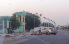 شرطي يمنع الشيخة المعلومة بنت الميداح من الوصول إلى مجلس الشيوخ من البوابة المدخل الذي يقع قرب كتيبة الأمن الرئاسي (الأخبار)